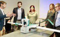 Imágenes de la presidenta Armengol con los representantes de la empresa Rigi Technologies.