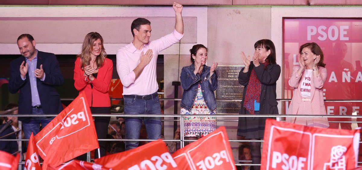 El presidente del Gobierno, Pedro Sánchez, celebra la victoria del PSOE en las elecciones generales del 28 de abril a las puertas de la sede de la formación, en la madrileña calle Ferraz