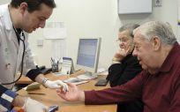 Un médico de familia atiende a un paciente en una consulta (Junta de Andalucía)
