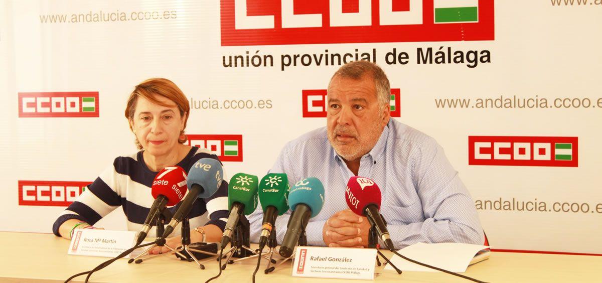 De izquierda a derecha: Rosa Mª Martín y Rafael González, representantes de CCOO, en rueda de prensa