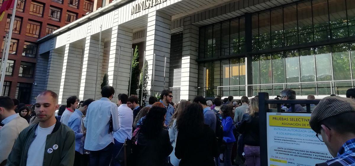 Estudiantes del MIR y familiares esperando a que comience la adjudicación a las puertas del Ministerio