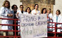 Un grupo de profesionales de Enfermería protesta en Cantabria | Foto: Satse