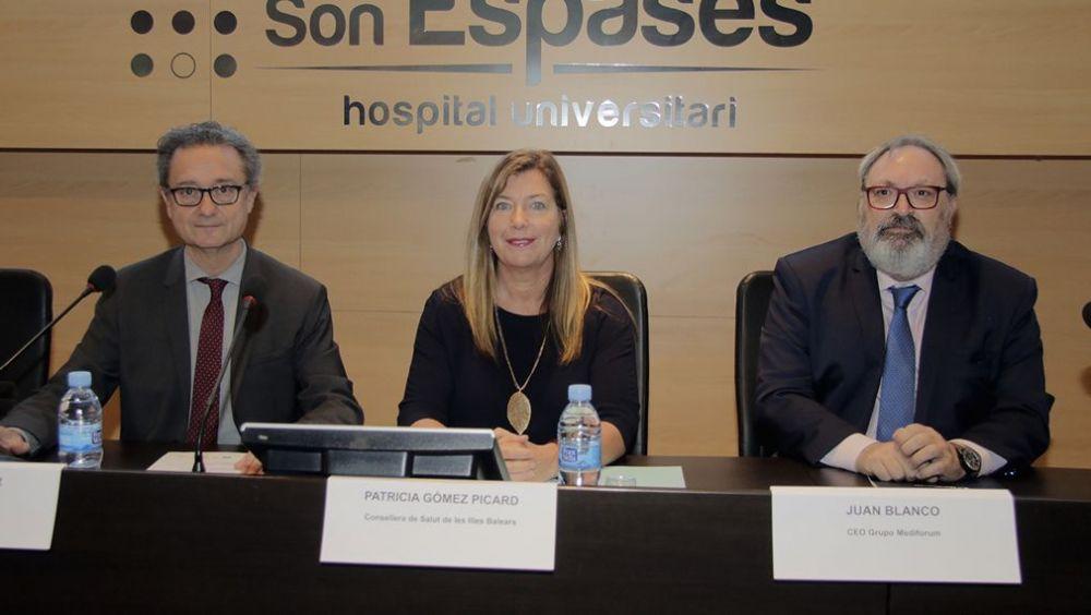 De izq. a der.: Josep M. Pomar, director gerente del Hospital Son Espases; Patricia Gómez, consejera de Salud de Baleares; y Juan Blanco, CEO del Grupo Mediforum.