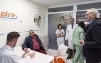 El consejero de Sanidad de la Comunidad de Madrid, Enrique Ruiz Escudero, durante la visita.