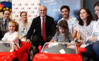 Enrique Ruiz Escudero en el Hospital Puerta de Hierro Majadahonda junto a los nuevos coches eléctricos