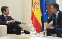 El presidente del Gobierno en funciones, Pedro Sánchez, recibe a Pablo Casado en La Moncloa.