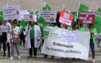 Una de las imágenes de la manifestación del Sindicato de Enfermería (Satse) frente a la sede de las Cortes de Castilla y León, en Valladolid