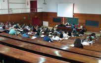 Imagen de la la prueba selectiva de Enfermería celebrada ayer en varias facultades de la Universidad Complutense de Madrid.