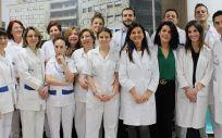 Las dras. Hernández y Bustamante, junto al resto del equipo de la Fundación Jiménez Díaz que están llevando a cabo la investigación que permite que los hijos nazcan sin las enfermedades hereditarias de sus padres