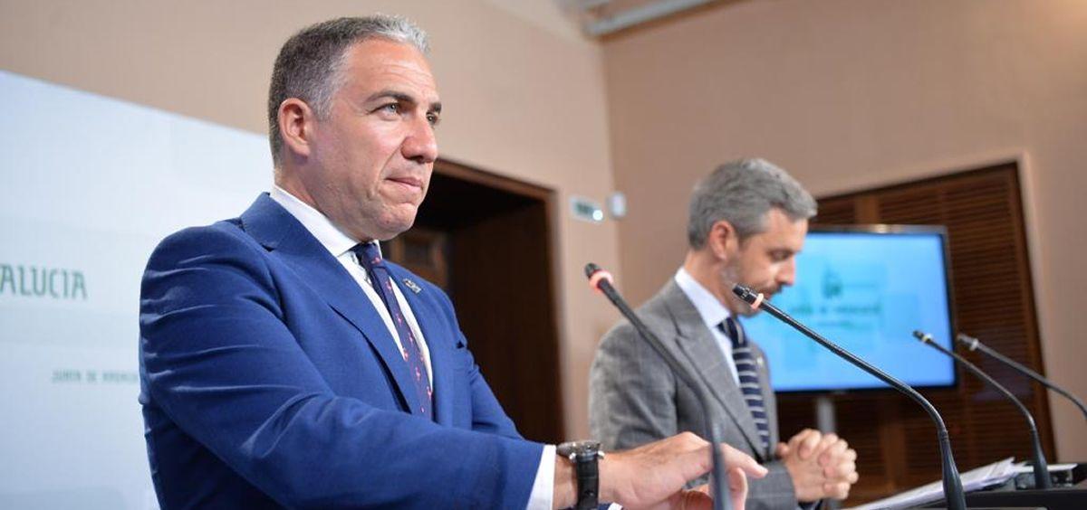 Elías Bendodo, consejero de Presidencia de la Junta de Andalucía, junto a Juan Bravo, consejero andaluz de Hacienda.