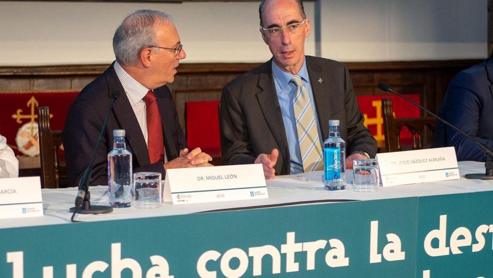 """Jesús Vazquez Almuiña y Miguel León durante la jornada """"Lucha contra la desnutrición relacionada con la enfermedad en la asistencia sanitaria en Galicia"""""""