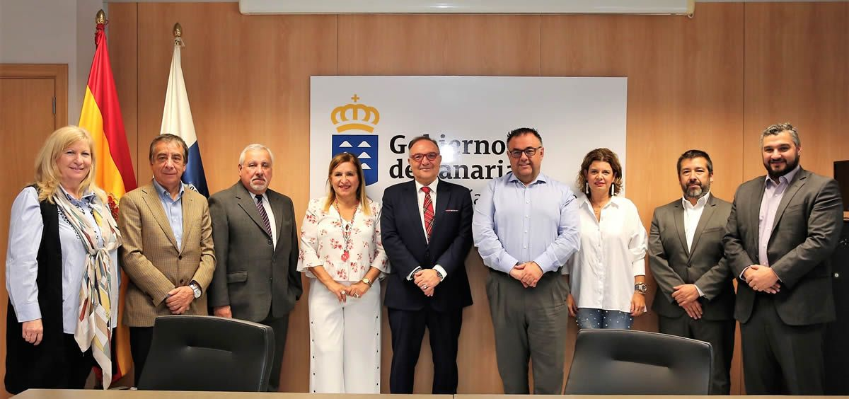 El consejero de Sanidad, José Manuel Baltar (en el centro de la imagen), junto a otras autoridades del Servicio Canario de Salud y del Servicio de Salud Metropolitano Occidente del Ministerio de Salud de Chile.