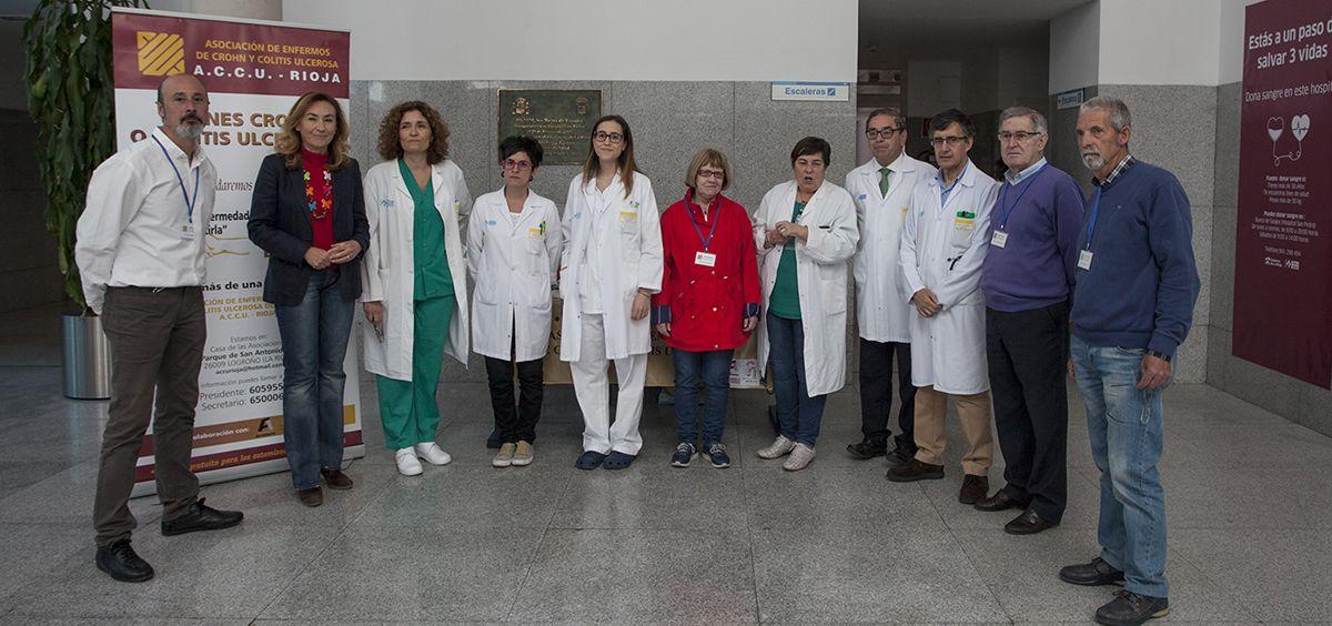 La consejera, María Martín junto con el equipo de Aparato Digestivo del Hospital San Pedro (Eduardo Bastida)