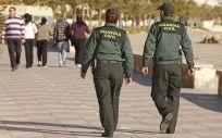 Una patrulla de la Guardia Civil, de servicio en una localidad costera