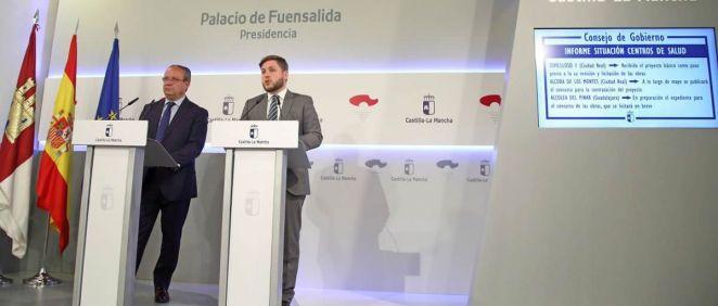 El portavoz del Ejecutivo de Castilla-La Mancha, Nacho Hernando, a la derecha de la imagen, durante su intervención en la rueda de prensa posterior al Consejo de Gobierno