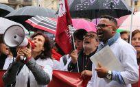Representantes de Metges protestan en una manifestación.