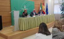 Un momento de la presentación de la guía por el consejero de Salud y Familias, Jesús Aguirre.