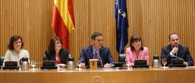 Pedro Sánchez, presidente del Gobierno en funciones y secretario general del PSOE, junto a otros miembros de su partido.
