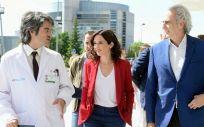 Enrique Ruiz Escudero junto a Isabel Díaz Ayuso durante una visita al Hospital de Fuenlabrada. (Foto. Comunidad de Madrid)