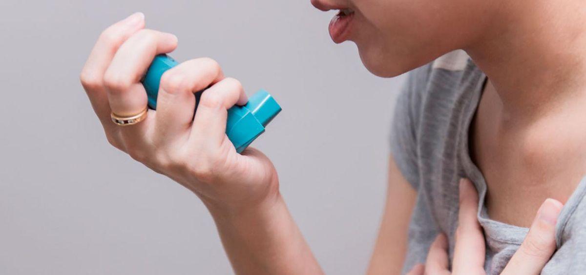 Paciente respiratorio con inhalador (Foto. Freepik)