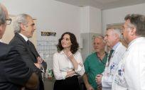 Isabel Díaz Ayuso visitando un hospital madrileño junto a Enrique Ruiz Escudero.