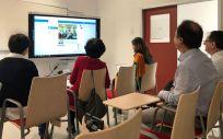 Profesionales sanitarios de Cantabria durante una sesión oncológica