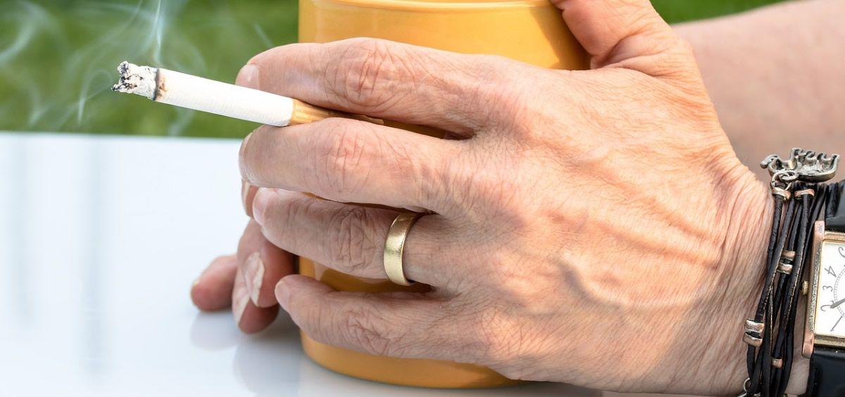 Expertos advierten que los fumadores son más susceptibles a contraer la COVID-19