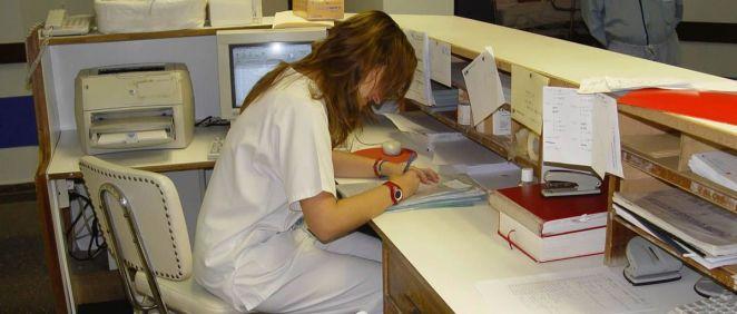 Una profesional desarrolla su trabajo en el control de Enfermería (Foto. Satse)