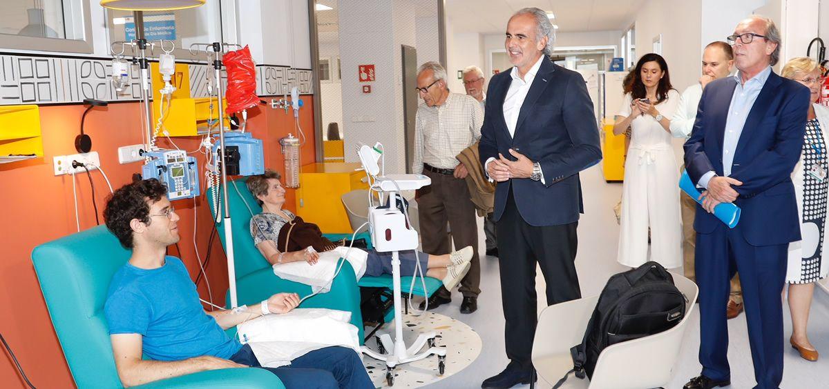El consejero en funciones de Sanidad, Enrique Ruiz Escudero, durante su visita este lunes al nuevo Hospital de Día Médico del Ramón y Cajal.