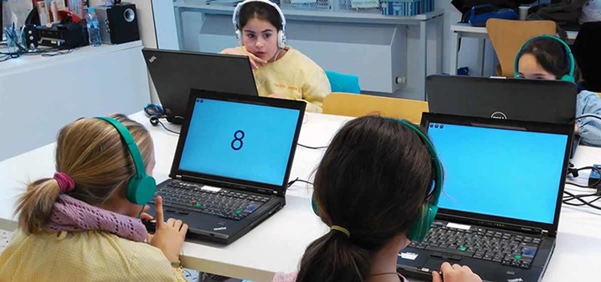 Participantes del proyecto Breathe realizando tests por ordenador (IsGlobal)
