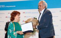 El consejero de Sanidad de la Comunidad de Madrid, Enrique Ruiz Escudero, entrega ambos reconocimientos a Carmen Villanueva