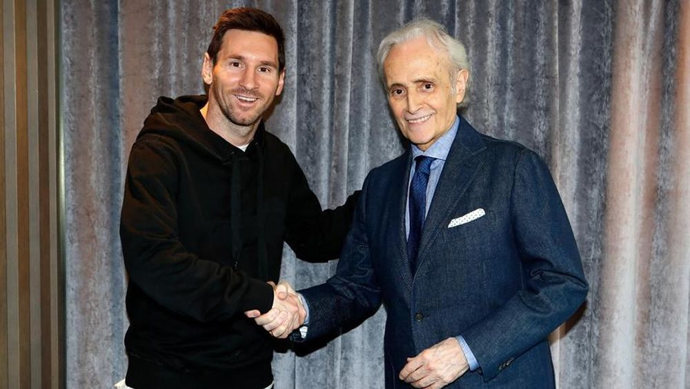 Leo Messi y Josep Carreras, durante la firma del acuerdo
